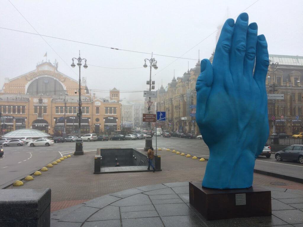 Kijów, stolica, Ukraina, zwiedzanie, podróże, razem, parka, wczasy, urlop, weekend, pomnik, ręka