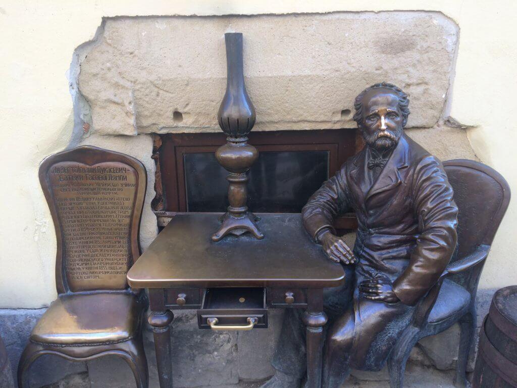Lwów, zwiedzanie, miejsca, Ukraina, turystyka, wycieczka, Stare Miasto, Rynek, Łukasiewicz, figura, pomnik