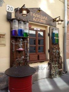 Lwów, miasto, Ukraina, zwiedzanie, wakacje, weekend, podróże, restauracje, klimat, odpoczynek, piwo, jedzenie, budynek, sala, gastronomia, nalewki, para, gasova lampa, muzeum, alkohol