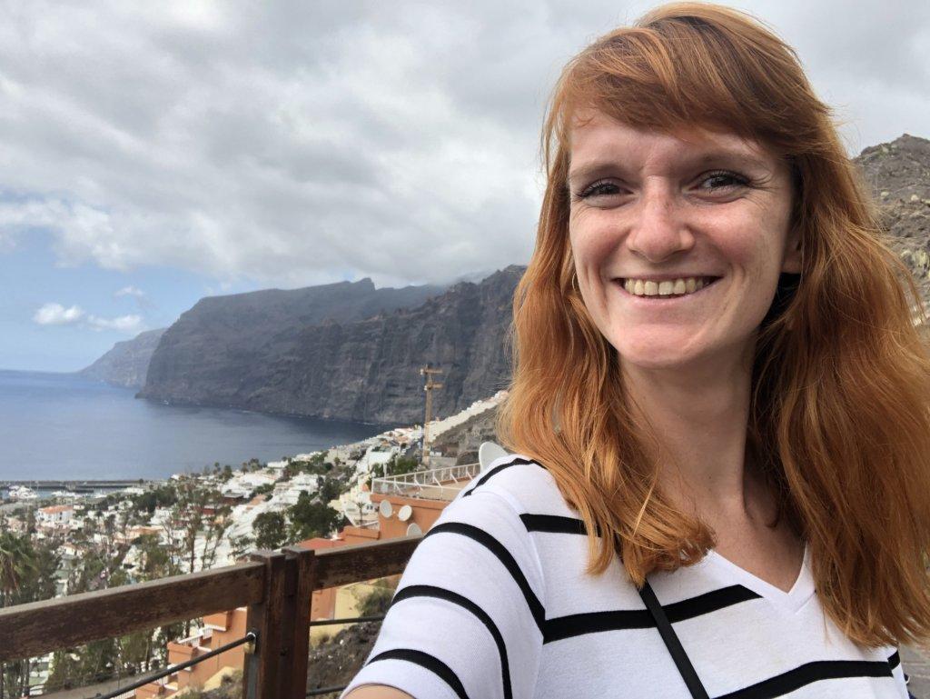 panorama, widok, skały, wielkie klify, ocean, woda, dziewczyna, miasteczko, budynki, los gigantes