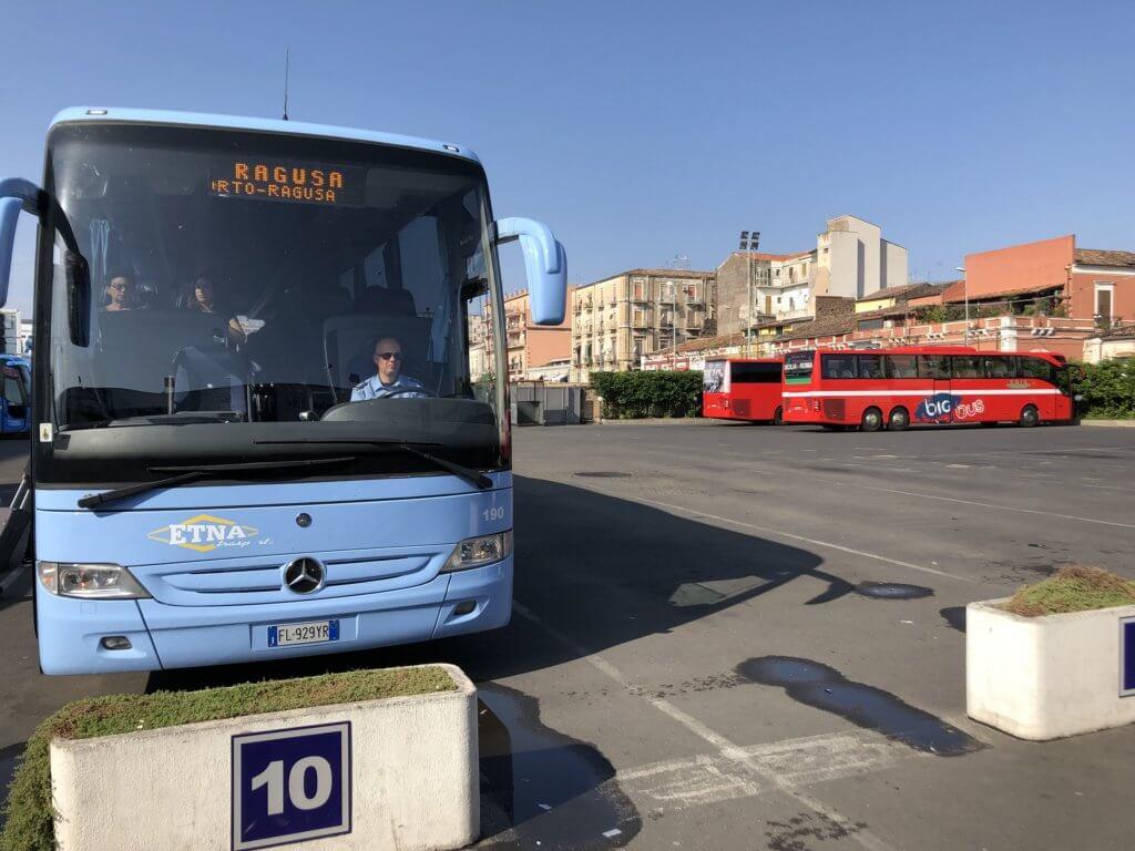 Autobus Etna Transporti na dworcu