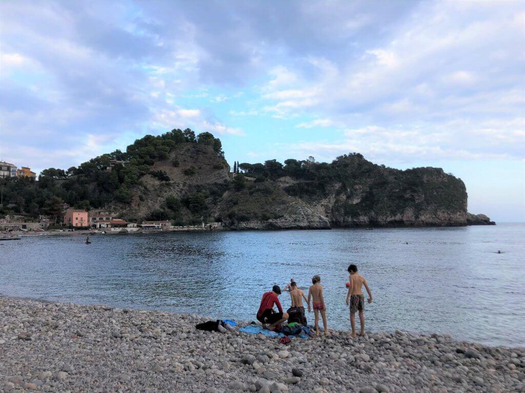 Widok na kąpiące się w październiku dzieci na włoskiej plaży