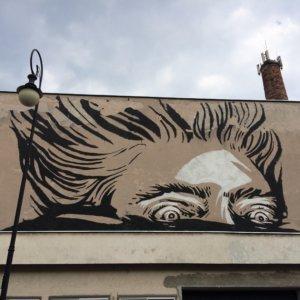 Mural przedstawiający szaloną postać