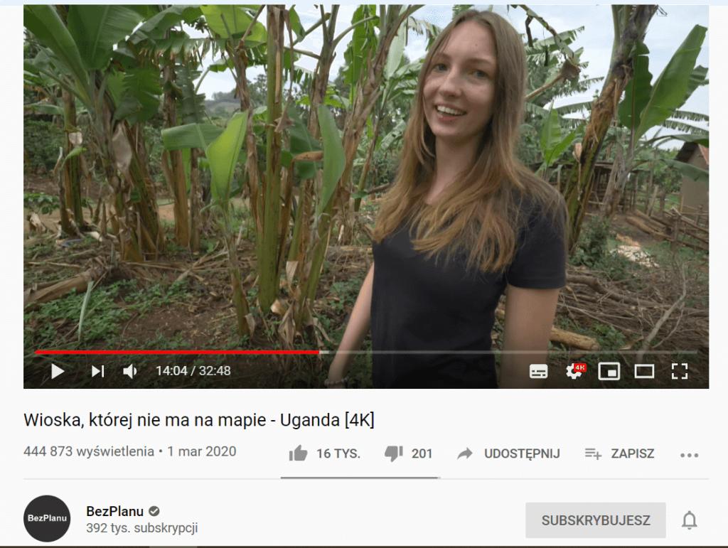 dziewczyna na polu bananowca w ughandzie